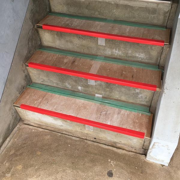 共用階段の滑り止め。0006104771
