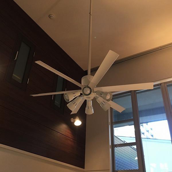 吹き抜け天井にシーリングファン。0006154932